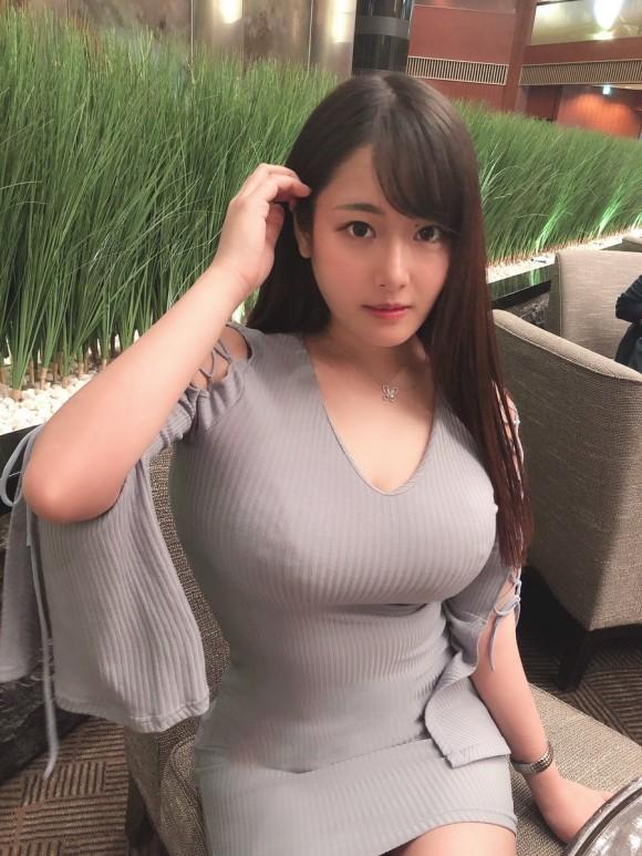 【着衣巨乳画像】隠しきれない巨乳に思わず二度見!爆乳エロ画像まとめ1