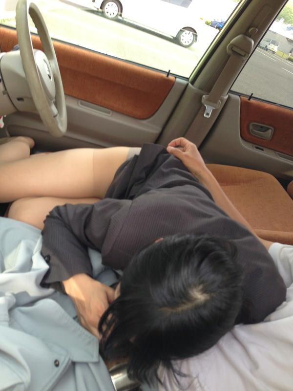 【車内フェラ画像まとめ】車内で顔を上下に揺らしながらしゃぶり舐める女性たち21
