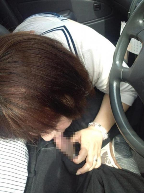【車内フェラ画像まとめ】車内で顔を上下に揺らしながらしゃぶり舐める女性たち4